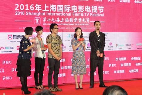 「双生」制作発表の様子。熊坂出(中央)、萩原みのり(右から2番目)、成田凌(右端)。