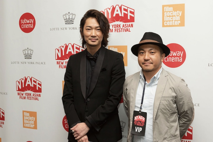 第15回ニューヨーク・アジア映画祭にてライジング・スター賞授賞式に参加した綾野剛(左)と白石和彌(右)。