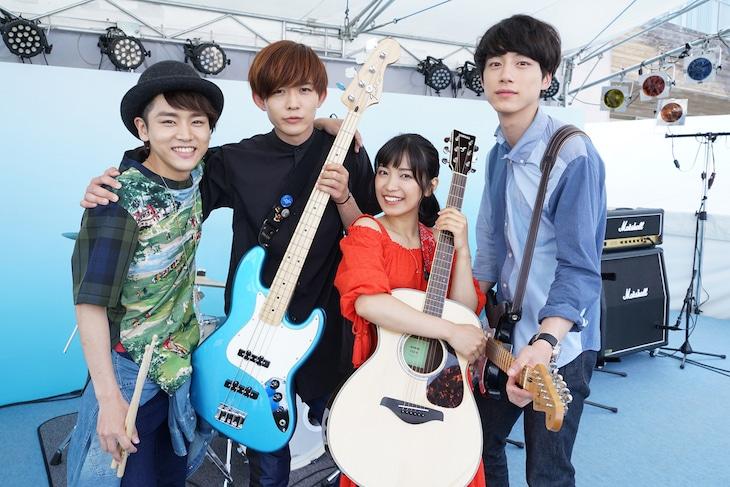 「君と100回目の恋」に登場するバンドThe STROBOSCORP。左から泉澤祐希、竜星涼、miwa、坂口健太郎。