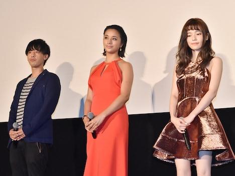 左から竹本聡志、高橋メアリージュン、島崎遥香。