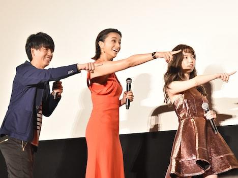ヘタレキャラを指さす3人。左から竹本聡志、高橋メアリージュン、島崎遥香。