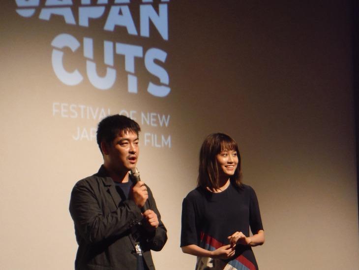 第10回JAPAN CUTS ~ジャパン・カッツ!の様子。左から沖田修一、前田敦子。