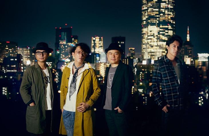 「SCOOP!」の主題歌を共作したTOKYO No.1 SOUL SETと福山雅治(右)。