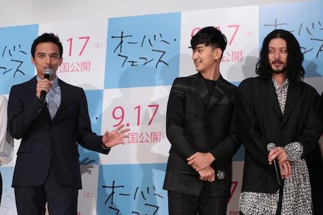 ノリノリでしゃべる満島真之介(左)から距離を置く松田翔太とオダギリジョー。