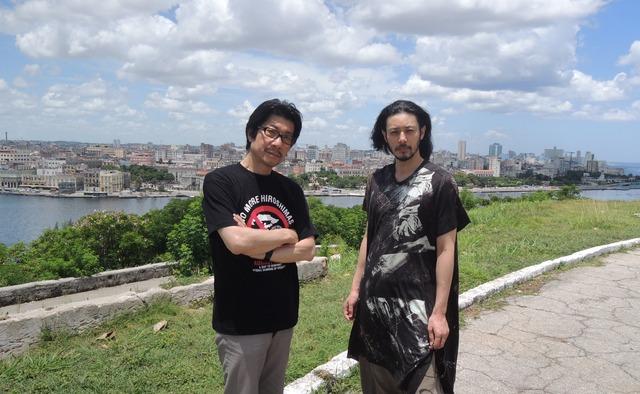 キューバを訪れたオダギリジョー(右)と阪本順治(左)。