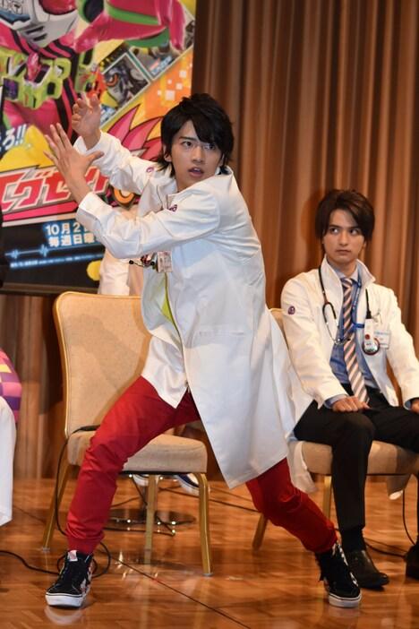 変身ポーズを披露する主演の飯島寛騎。