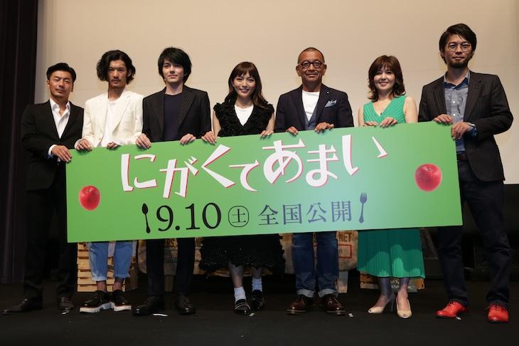 「にがくてあまい」完成披露試写会の様子。左からSU、淵上泰史、林遣都、川口春奈、中野英雄、石野真子、草野翔吾監督。