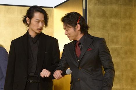 左から綾野剛、山田孝之。