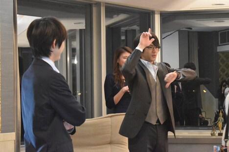 天生翔の決めポーズをまねする清栄真実役の山田裕貴(右)。