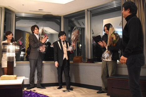 「闇金ウシジマくん Part3」撮影現場より、山田裕貴(左から2番目)、浜野謙太(中央)、川野直輝(右から2番目)のオールアップの様子。