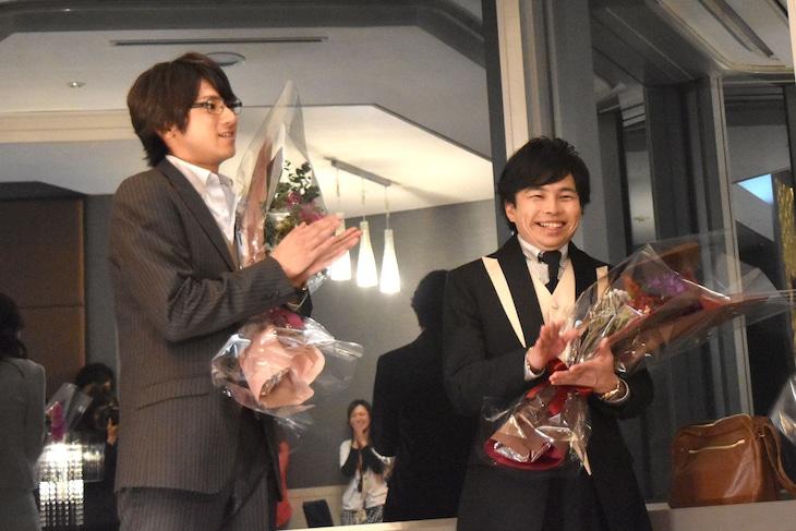 「闇金ウシジマくん Part3」オールアップを迎えた天生翔役の浜野謙太(右)、清栄真実役の山田裕貴(左)。