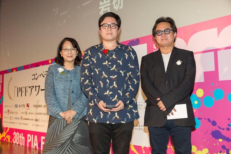 日本映画ペンクラブ賞を受賞した「花に嵐」監督の岩切一空(中)。