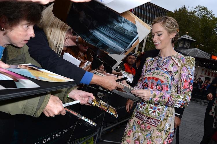 ファンにサインをするエミリー・ブラント。