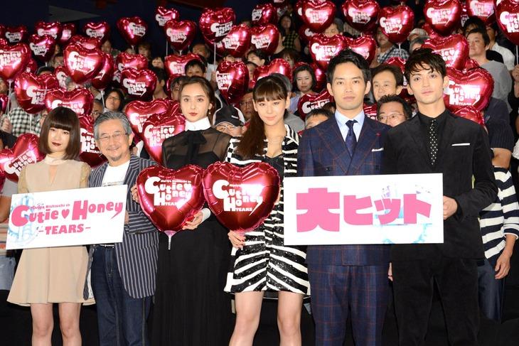 「CUTIE HONEY -TEARS-」初日舞台挨拶にて、左から今井れん、永井豪、石田ニコル、西内まりや、三浦貴大、永瀬匡。