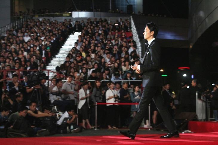 レッドカーペットを闊歩する長谷川博己。
