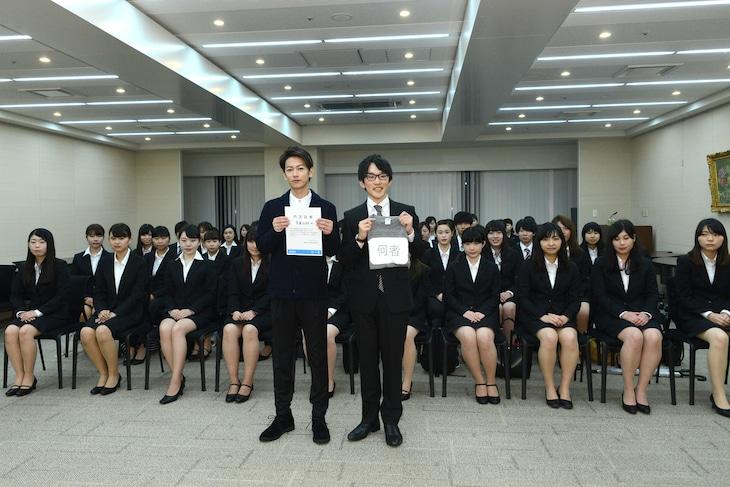 「何者」学生限定試写会にて、佐藤健(左)と特別宣伝隊長に任命された早稲田大学3年生・齊藤弘樹さん(右)。