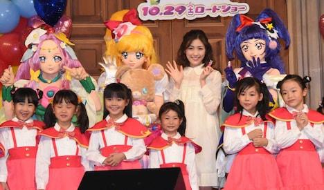 上段左から「魔法つかいプリキュア!」のキャラクター、キュアフェリーチェ、キュアミラクル、渡辺麻友、キュアマジカル。下段はキッズダンサー。