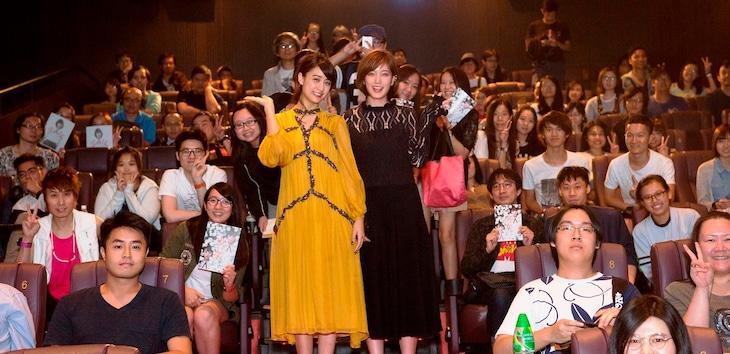 香港アジアン映画祭での「少女」上映に参加した山本美月(左)と本田翼(右)。