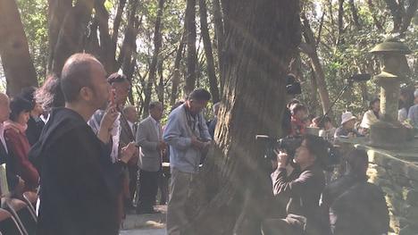 枯松神社祭に参加した塚本晋也(左)。