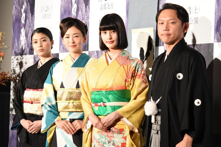 「古都」完成披露舞台挨拶の様子。左から成海璃子、松雪泰子、橋本愛、Yuki Saito。