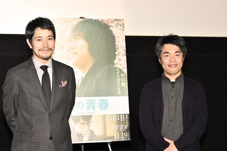 「聖の青春」の大阪舞台挨拶にて、松山ケンイチ(左)と森義隆(右)。
