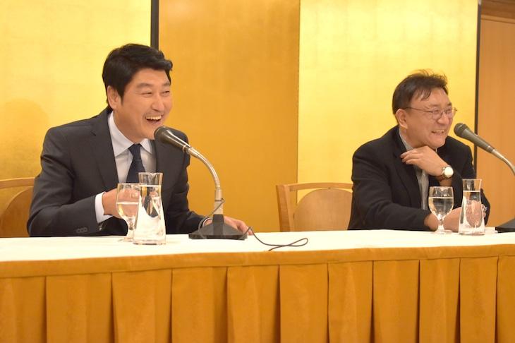 「弁護人」記者会見の様子。左から主演のソン・ガンホ、プロデューサーのチェ・ジェウォン。
