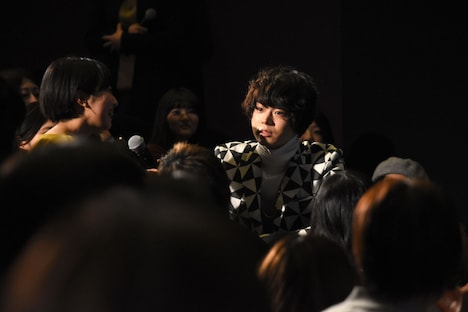 観客の話を聞く菅田将輝。