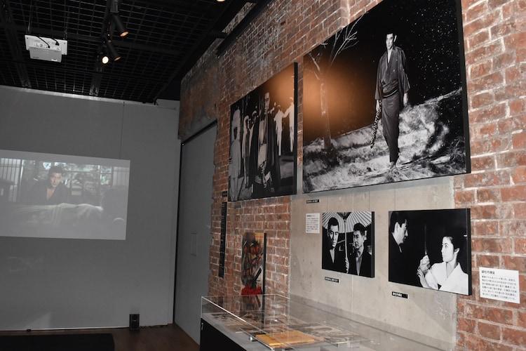 「追悼特別展 高倉健」展示の様子。