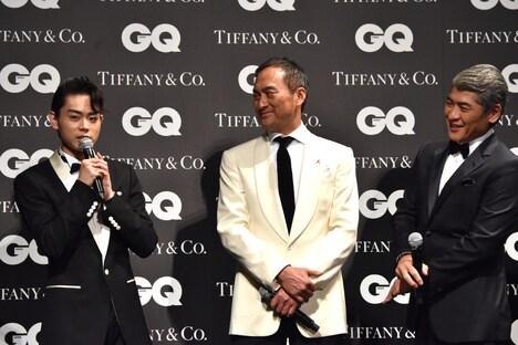 菅田将暉(左)を笑顔で見つめる吉川晃司(右)。