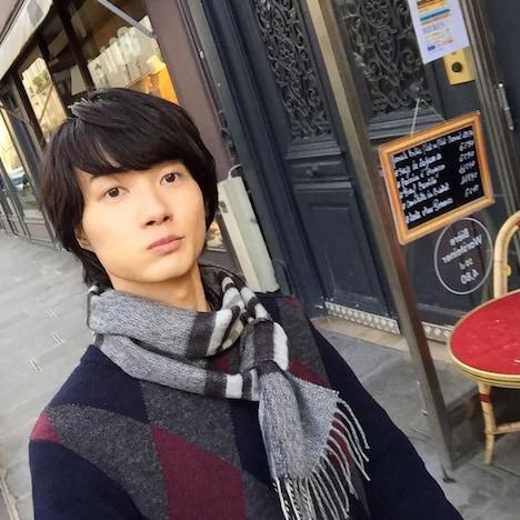 神木隆之介が自撮りした、公式Instagramへの初投稿写真。