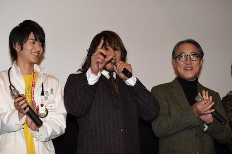 仮面ライダーカブトのポーズをとる棚橋弘至(中)。
