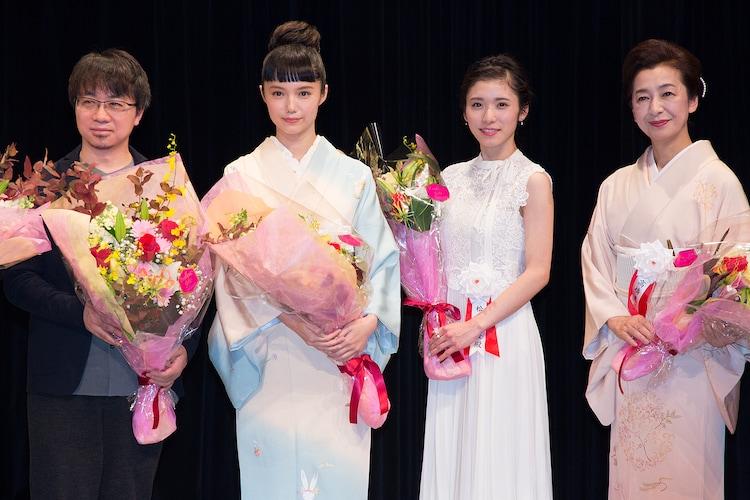 第40回山路ふみ子映画賞贈呈式の様子。左から新海誠、宮崎あおい、松岡茉優、高橋惠子。