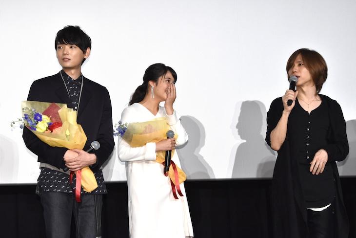映画「L-エル-」初日舞台挨拶の様子。yasu(右)のサプライズ登壇に驚くキャスト。