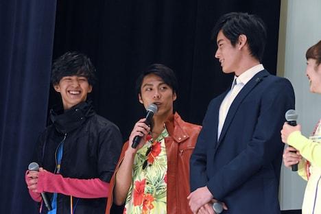 「両脇の2人みたいに身長を伸ばしたい」と目標を語り、笑いを起こした小野塚勇人(中央)。