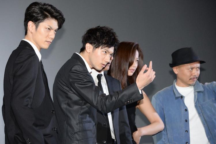 カメラをにらみつける面々。左から青木玄徳、山田裕貴、高橋ユウ、元木隆史。