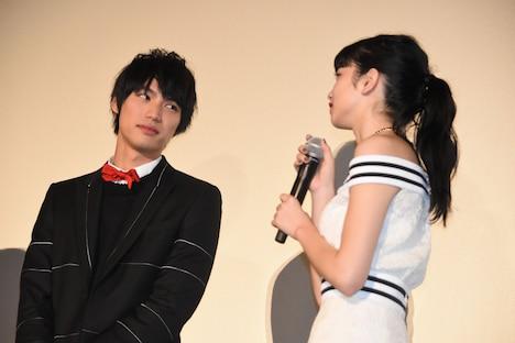 小松菜奈(右)の初恋の思い出話を聞く福士蒼汰(左)。