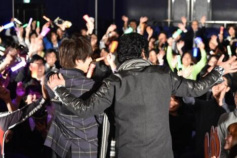 ファンの声援に応える西銘駿(左)、藤岡弘、(右)。