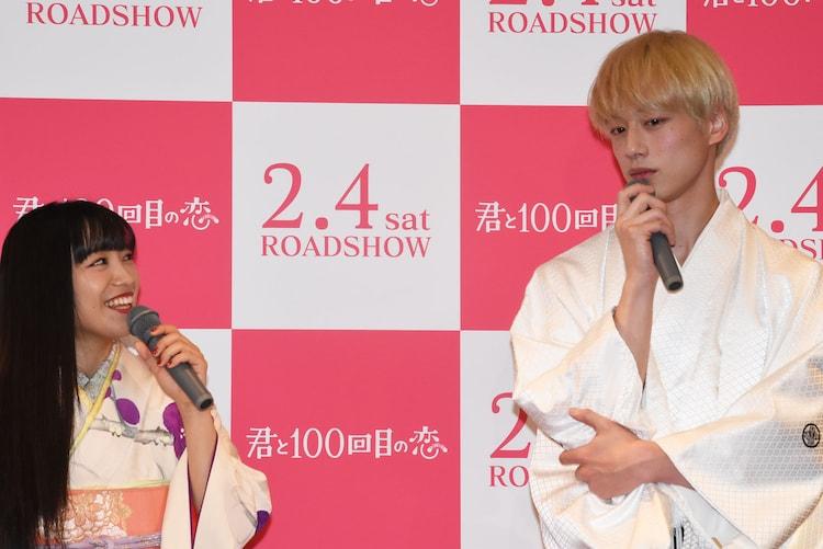 左からmiwa、坂口健太郎。