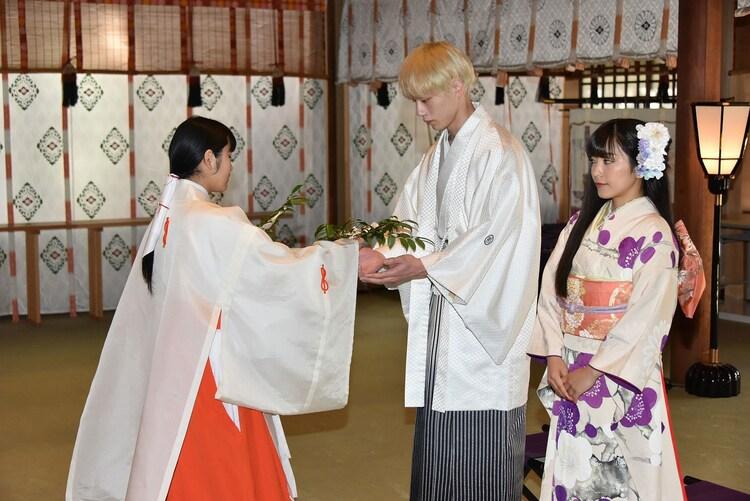 大ヒット祈願をする坂口健太郎(中央)とmiwa(右)。