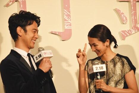 左より妻夫木聡、満島ひかり。