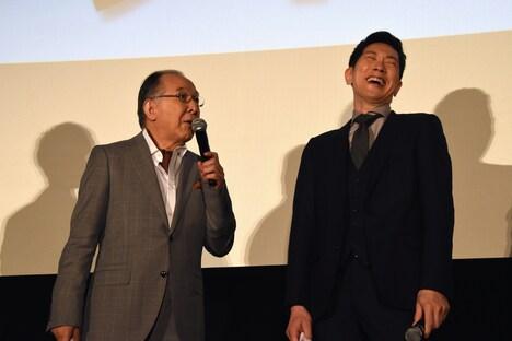 橋爪功(左)のコメントに爆笑する佐々木蔵之介(右)。