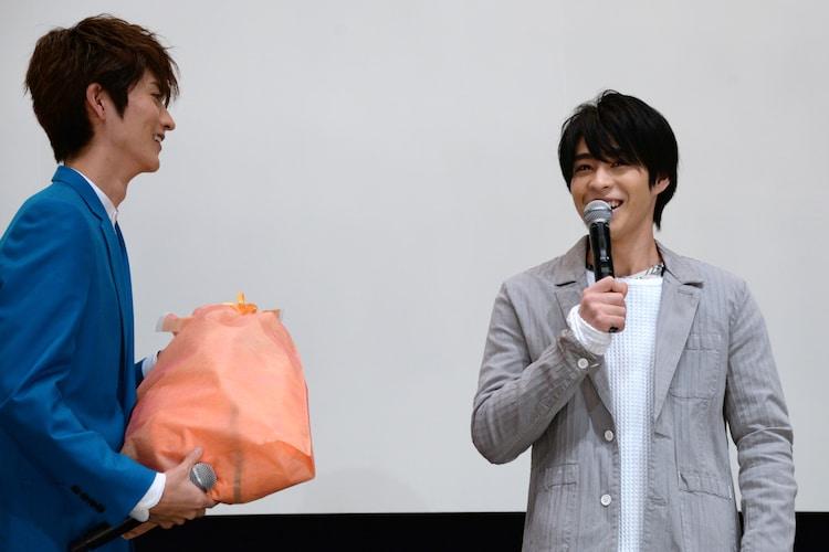 西銘駿(右)へ誕生日プレゼントを渡す山本涼介(左)。