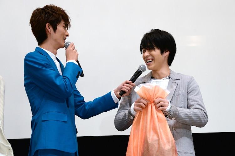 山本涼介(左)から誕生日プレゼントをもらい、満面の笑みの西銘駿(右)。