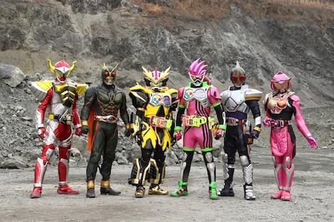 左から仮面ライダーバロン、アナザーアギト、仮面ライダーレーザー、仮面ライダーエグゼイド、仮面ライダーブレイド、仮面ライダーマリカ。