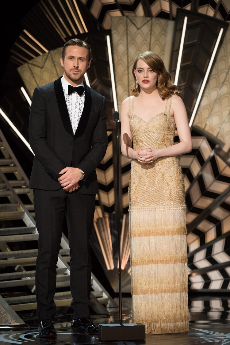 歌曲賞のパフォーマンスのプレゼンターとして登場したライアン・ゴズリング(左)とエマ・ストーン(右)。(写真提供:AMPAS / AdMedia / Newscom / ゼータ イメージ)