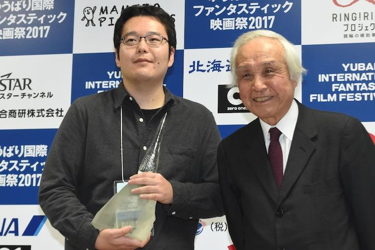 左からグランプリ受賞者の永山正史、審査員長の内藤誠。