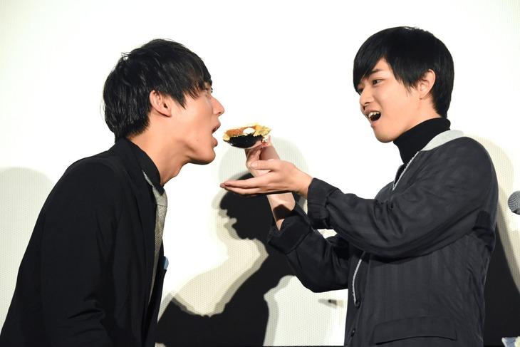中川大志(左)にケーキを食べさせる千葉雄大(右)。
