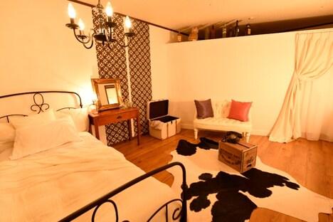 「ティファニーで朝食を」のホリーの部屋を再現した空間。
