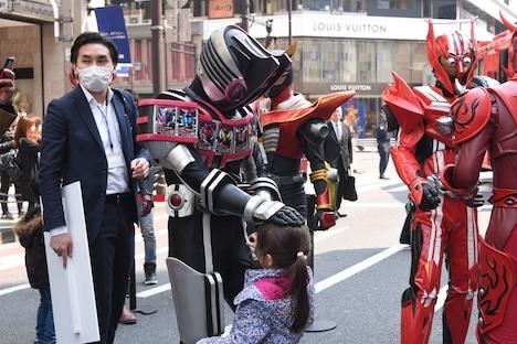 子供と触れ合う仮面ライダーディケイド コンプリートフォーム。