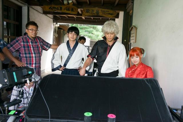 「銀魂」撮影現場の様子。左から福田雄一、菅田将暉、小栗旬、橋本環奈。